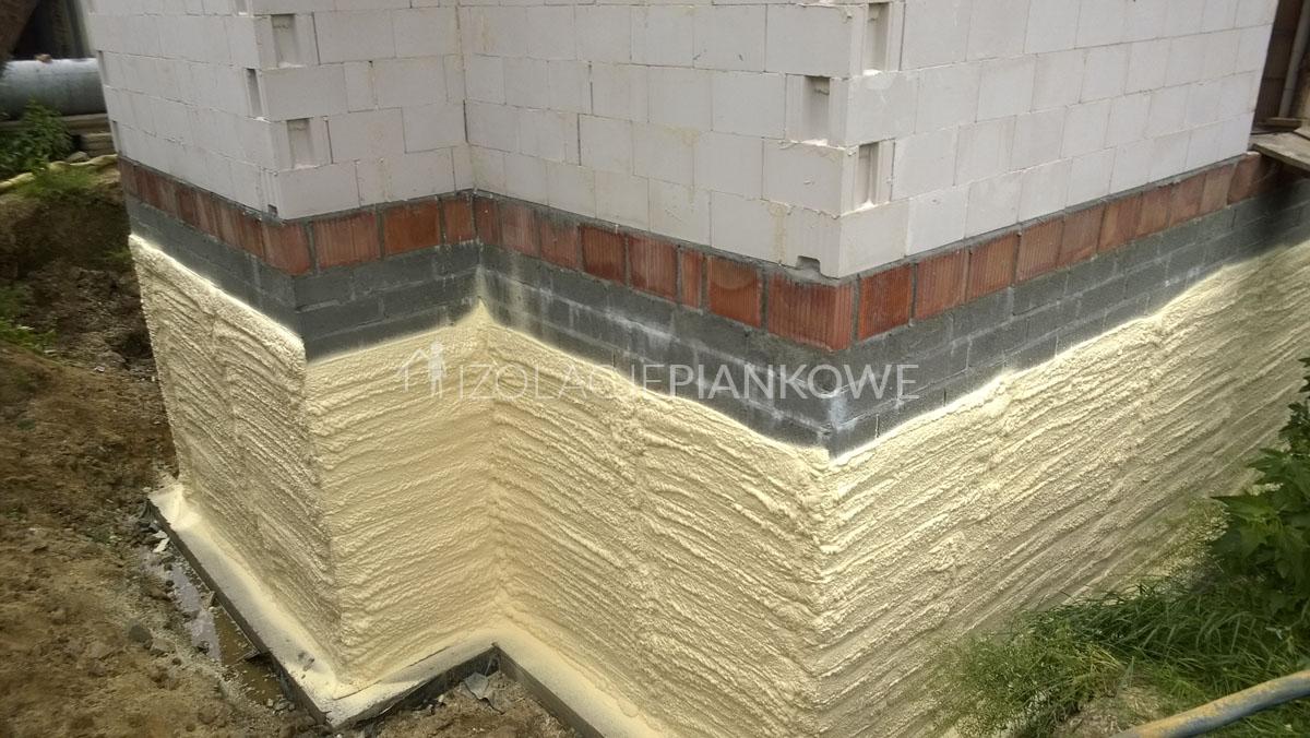 natryskowa izolacja fundamentu